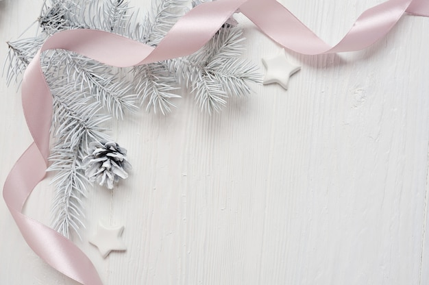 モックアップクリスマスツリーコーンとピンクのリボン、白のflatlay Premium写真
