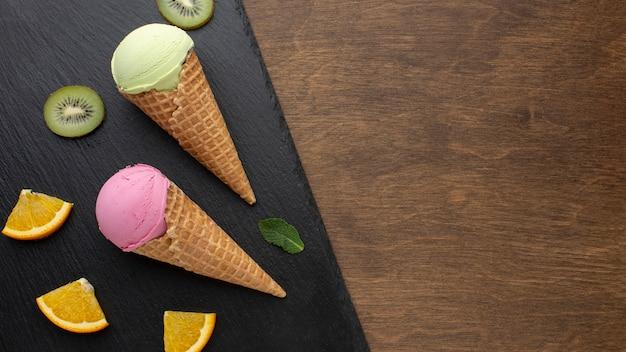Ароматное мороженое на шишках с фруктами Бесплатные Фотографии
