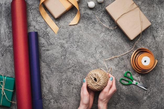 Флай лежал руками упаковки рождественских подарков Бесплатные Фотографии