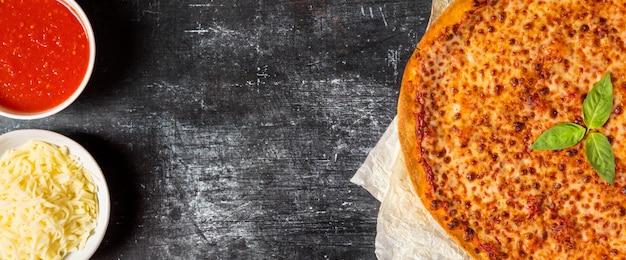 Flay lay pizza con salsa di pomodoro e mozzarella con copia-spazio Foto Gratuite
