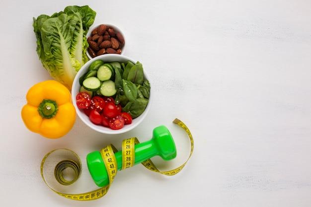 Flay lay of salad bowl and weights Free Photo