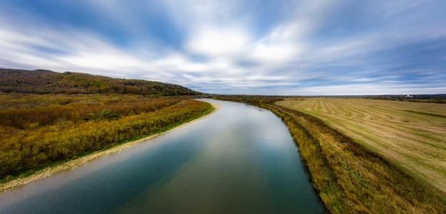 가을 산 강, 다채로운 잎 및 Carpatian 산의 Striy 스트림 비행 프리미엄 사진