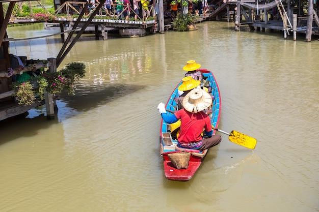 Плавучий рынок в паттайе, таиланд Premium Фотографии