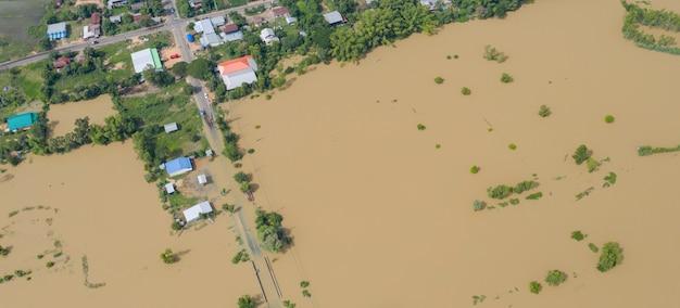 Flood水田と村の空中のトップビュー Premium写真