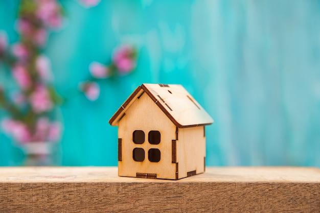 テキストと木造住宅の花の背景。 Premium写真