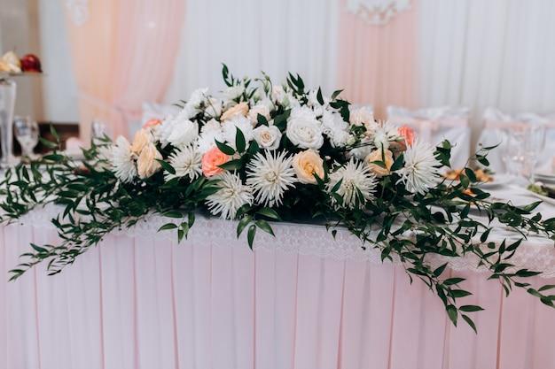 테이블에 꽃 장식 스탠드 무료 사진