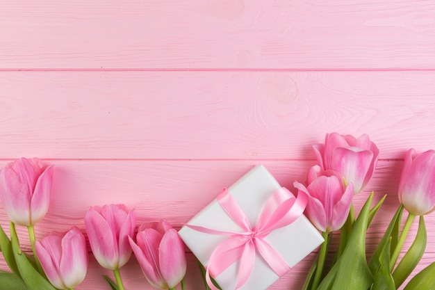 Floral mothers day concept with present box Free Photo