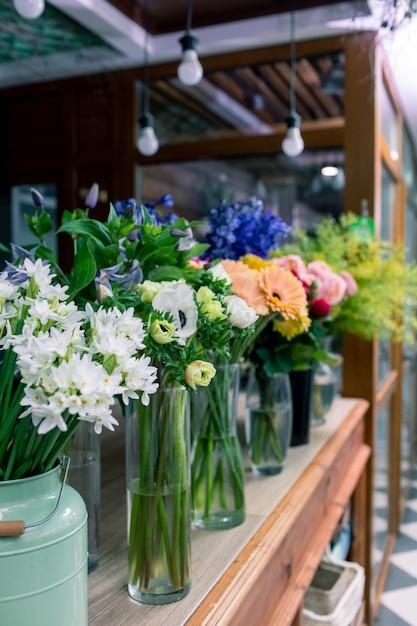 花屋のコンセプトです。混合された花の美しい花束。ハンサムな新鮮な束。花の配達。 Premium写真