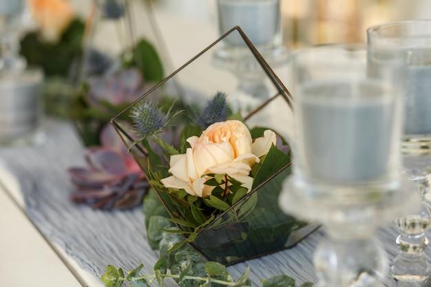Florarium with fresh succulent and rose flowers festive table decoration. event fresh flowers decoration Premium Photo