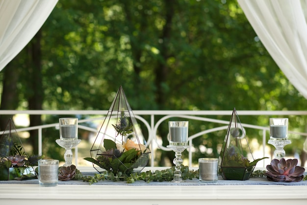 Florarium with fresh succulent and rose flowers festive table decoration Premium Photo