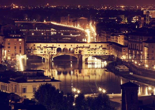 Флоренция, река арно и понте веккио ночью. Premium Фотографии