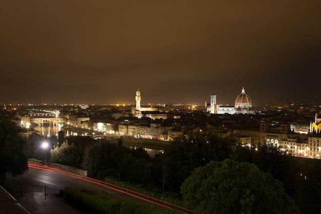 フィレンツェの夜景、イタリアのパノラマ Premium写真