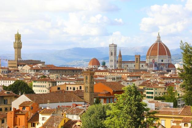 Флоренция с дворцом палаццо веккьо и собором санта-мария-дель-фьоре, италия Premium Фотографии