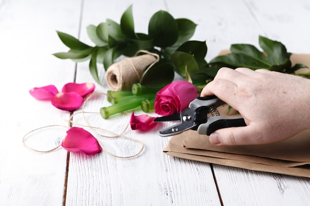 Флорист за работой, как сделать букет Premium Фотографии