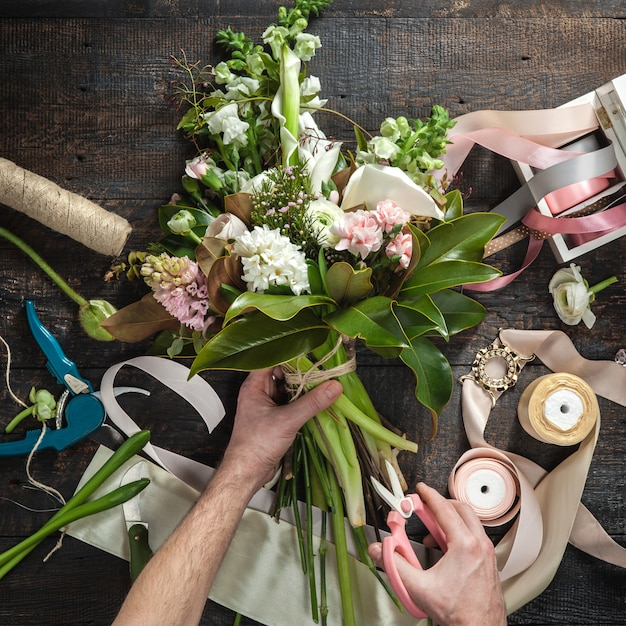 Рабочий стол флориста с рабочими инструментами и лентами Бесплатные Фотографии