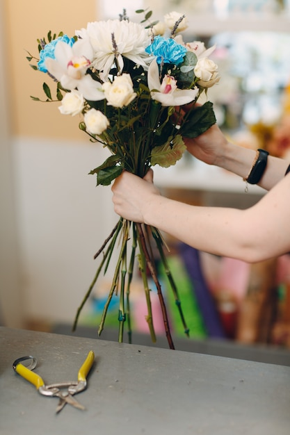 Флорист делает букет в цветочном бутике Premium Фотографии