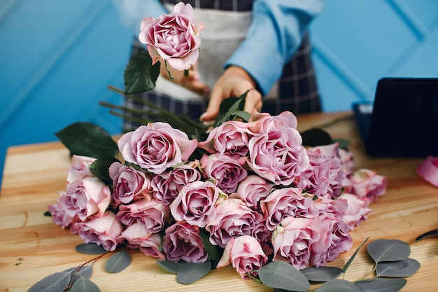Florist makes a beautiful bouquet in a studio Free Photo