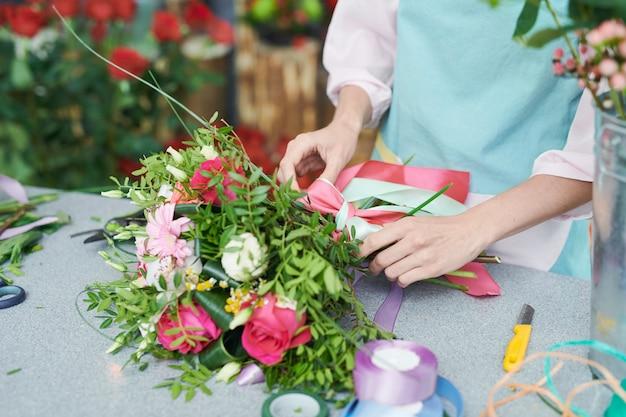 Florist tying boquet Premium Photo