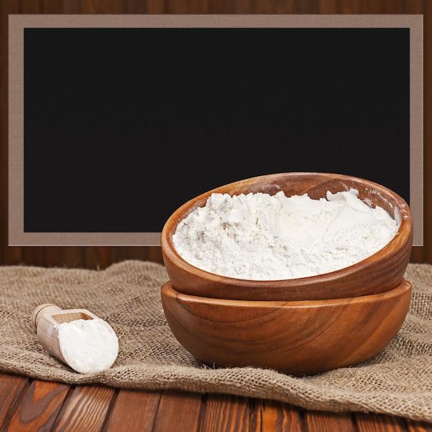 木製のボウルに小麦粉 Premium写真