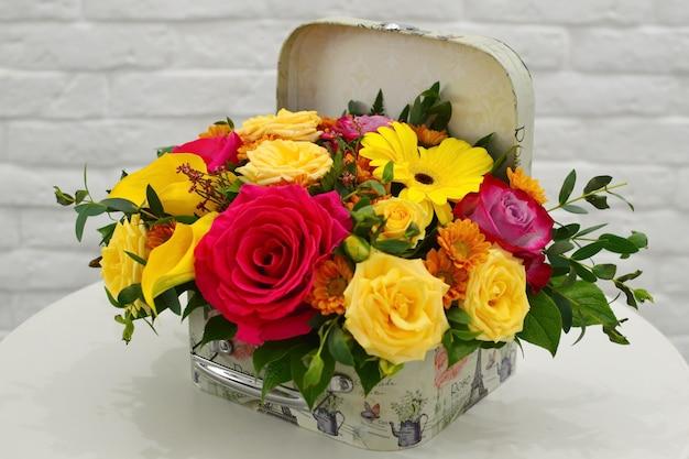 Букет цветов красивый. букет цветов на столе. Premium Фотографии