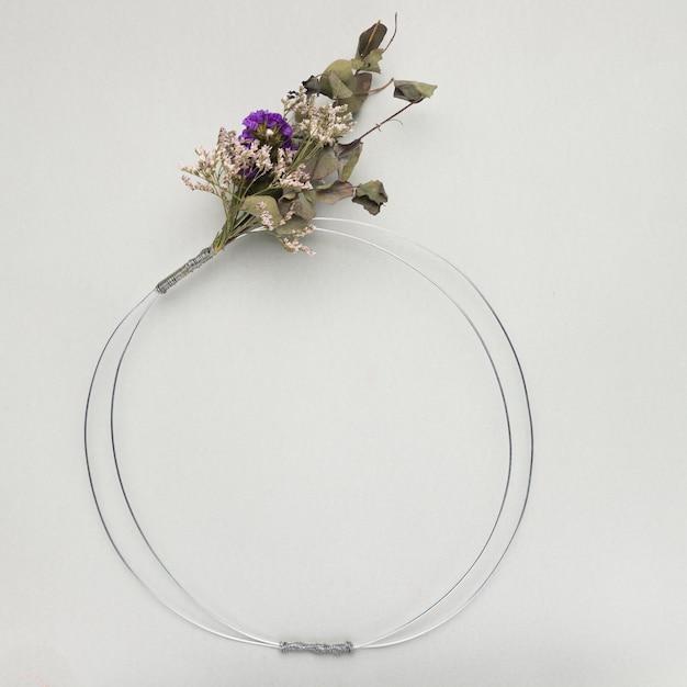 灰色の背景に花の花束金属フレーム 無料写真