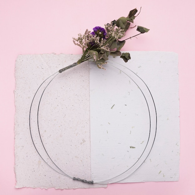 Flower bouquet on round ring over the paper on pink backdrop Free Photo