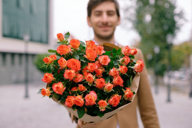 Flower delivery concept. focus on bouquet of flowers Free Photo
