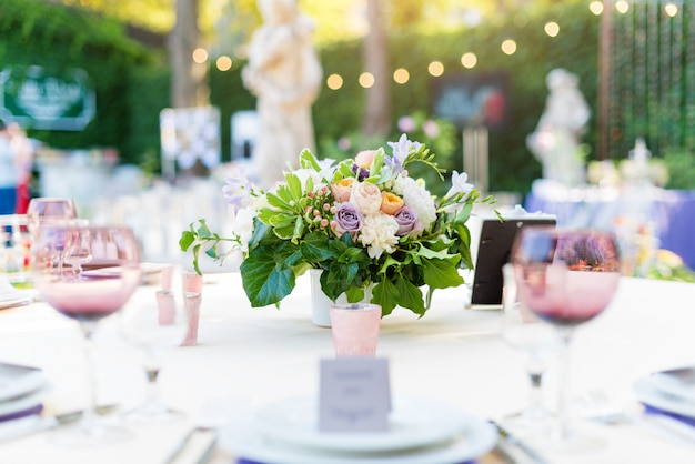 Flower table decorations for holidays and wedding dinner. Premium Photo