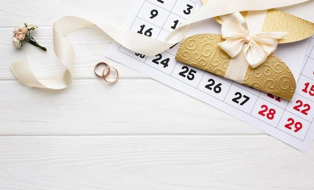 Fiore e fedi nuziali con calendario Foto Gratuite