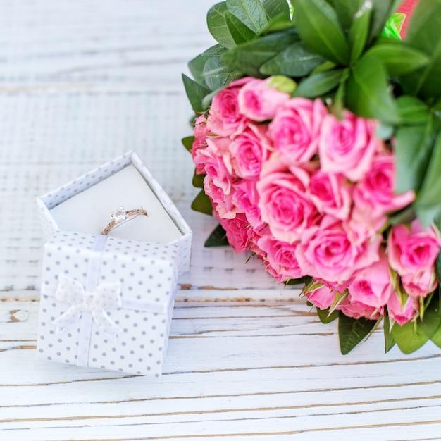 Цветы и драгоценности. предложение руки и сердца. Premium Фотографии
