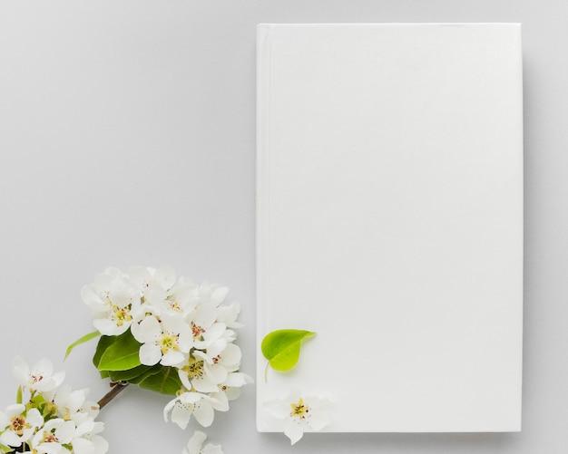 Цветы рядом с книгой Бесплатные Фотографии