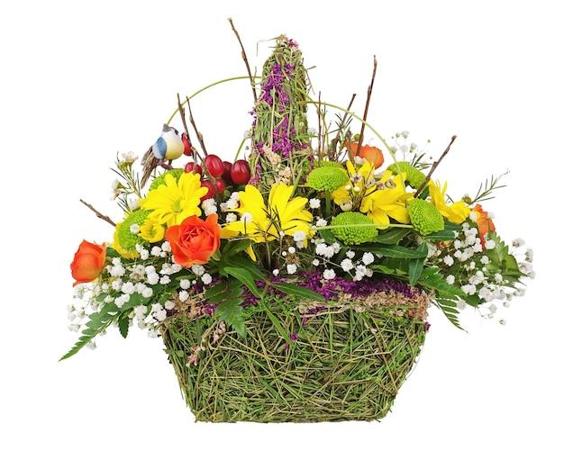 分離された籐のバスケットの花の花束の配置のセンターピース。 Premium写真