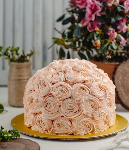 Flowers cake on the table Free Photo
