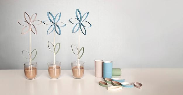 母の日のトイレットペーパーチューブからの花、子供のためのゼロウェイストクラフト、ニュートラルパステル背景 Premium写真