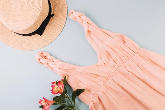 모자와 드레스 근처 꽃 프리미엄 사진