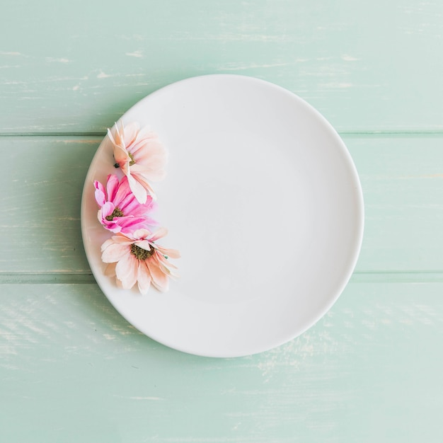 Flowers on plate Free Photo