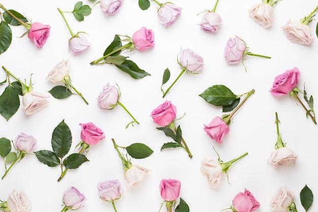 Цветочная композиция на день святого валентина. рама из розовой розы на сером фоне. плоская планировка, вид сверху, копия пространства. Premium Фотографии