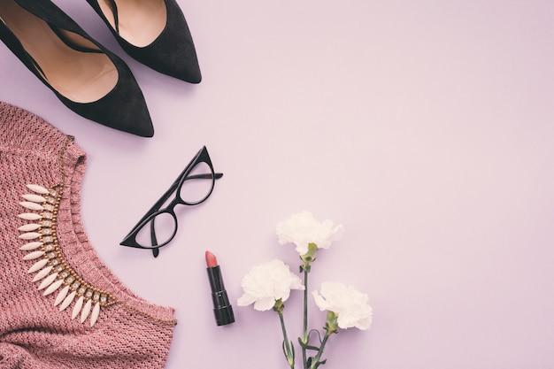 여자 신발, 립스틱, 목걸이와 스웨터와 꽃 프리미엄 사진