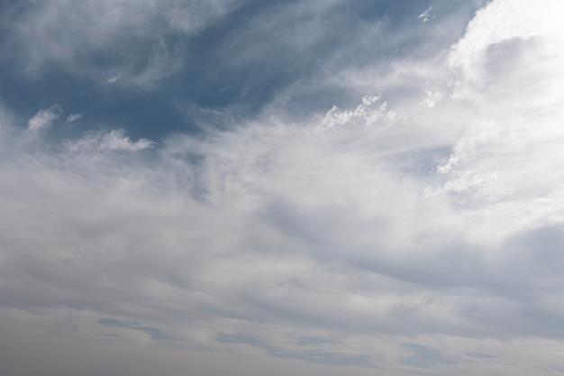 青い空にふわふわの雲 無料写真