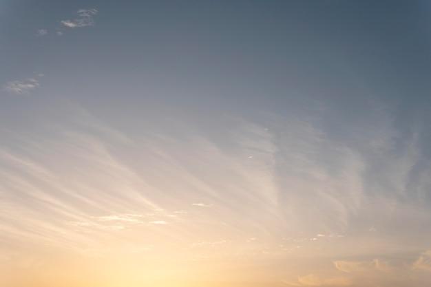 太陽と風の強い空にふわふわの雲 無料写真