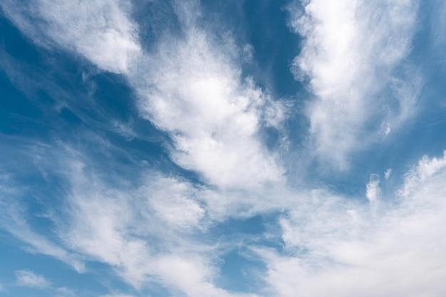 風の強い空にふわふわの雲 無料写真