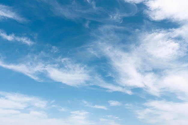 Soffici nuvole su un cielo ventoso Foto Gratuite