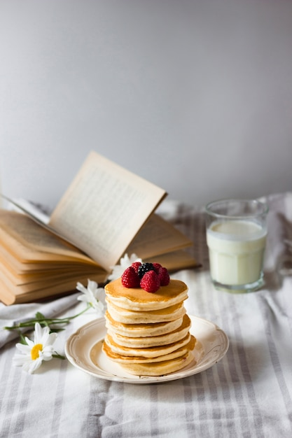 Fluffy pancakes tower with forest fruit Free Photo