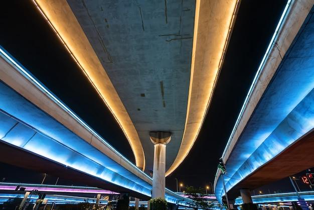 Светящиеся ночью эстакады и скоростные дороги Premium Фотографии