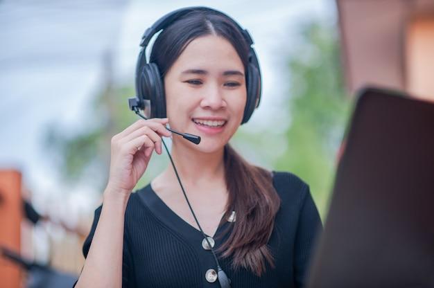 在宅コールセンターサービスで働くフォーカスマイクアジア人女性のサポート、ビジネスワークの新しい通常の相談 Premium写真
