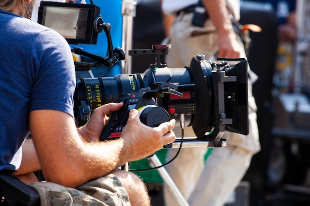 Focus puller hold the wireless follow focus system during the filming process Premium Photo