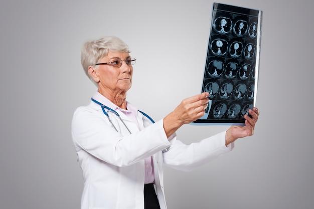 テスト結果を分析する年配の女性に焦点を当てる 無料写真
