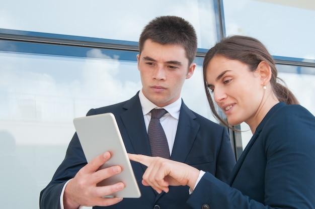 Collaboratori focalizzati guardando la presentazione Foto Gratuite