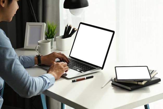 노트북을 사용 하 고 홈 오피스에서 온라인으로 작업하는 젊은 사업가 집중. 프리미엄 사진
