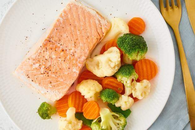 スチームサーモンと野菜、古、ケト、fodmap、ダッシュダイエット。地中海式ダイエット Premium写真